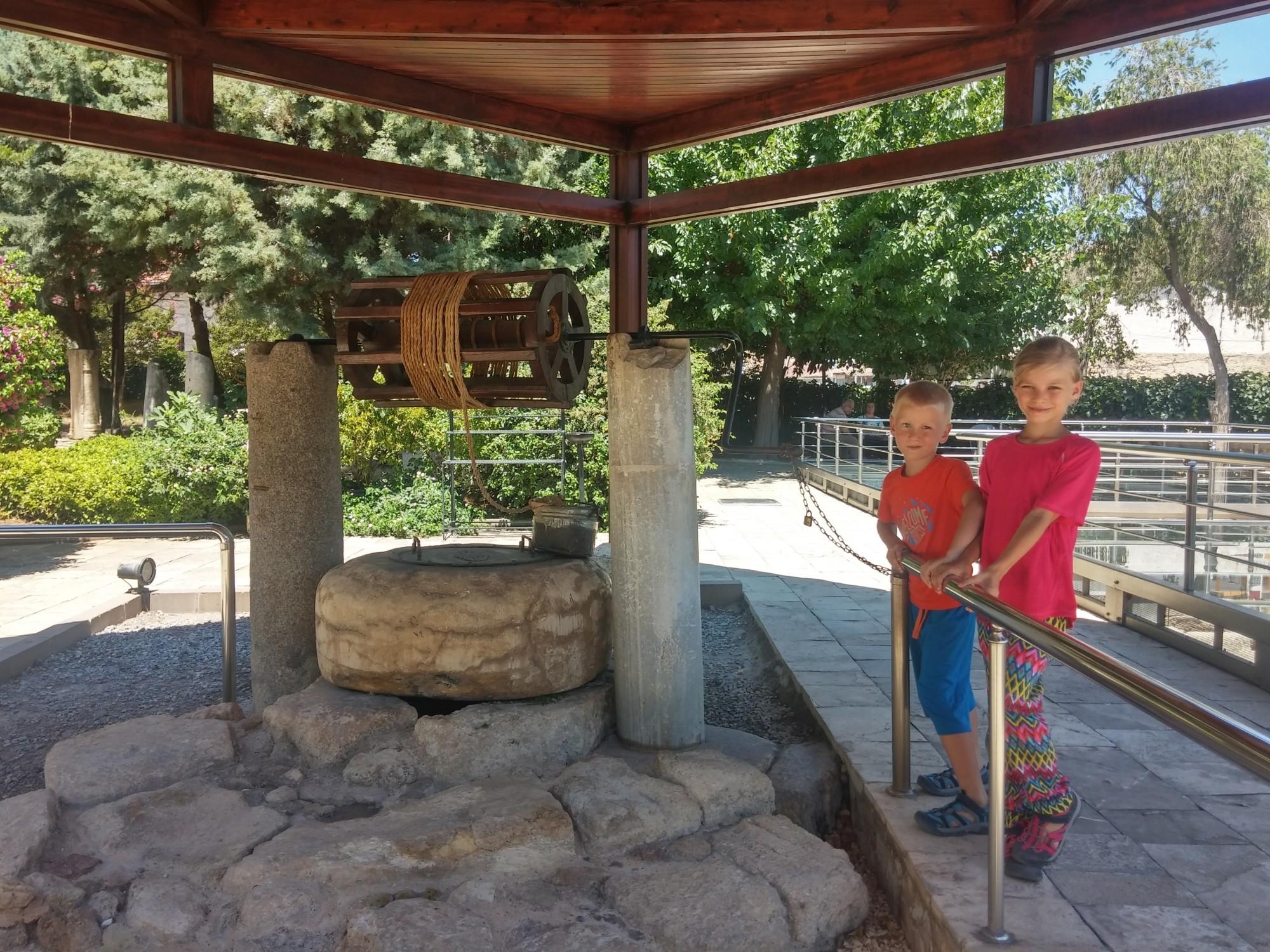 Tola i Staś przy studni świętego Pawła w Tarsus