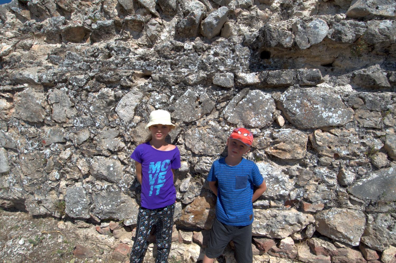 Tola i Staś w ruinach seldżuckiego pałacu