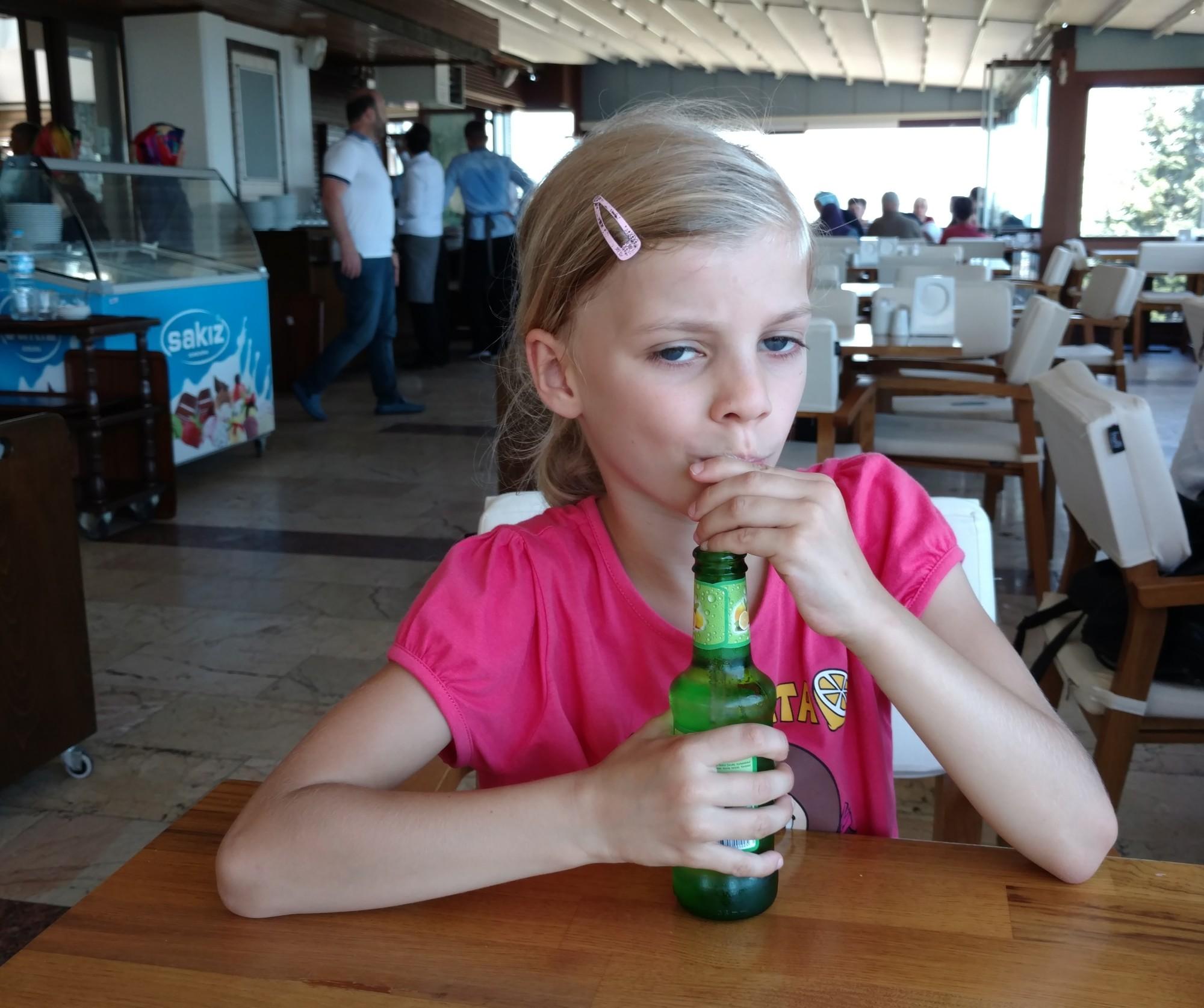 Tola pije lemoniadę w Samsunie