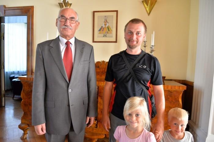 Ekipa TwS pozuje z Ambasadorem RP, panem Mieczysławem Cieniuchem