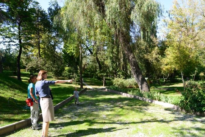 Małżonka pana Konsula oprowadza nas po ogrodzie Ambasady