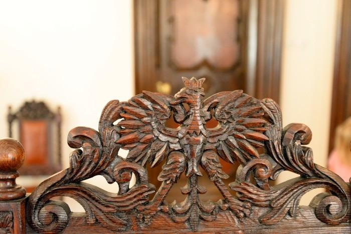 Detal zdobiący meble - orzeł w koronie