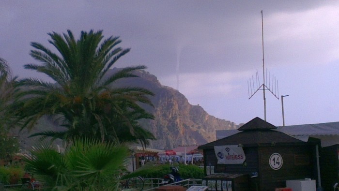 Trąba powietrzna nad wzgórzem zamkowym w Alanyi