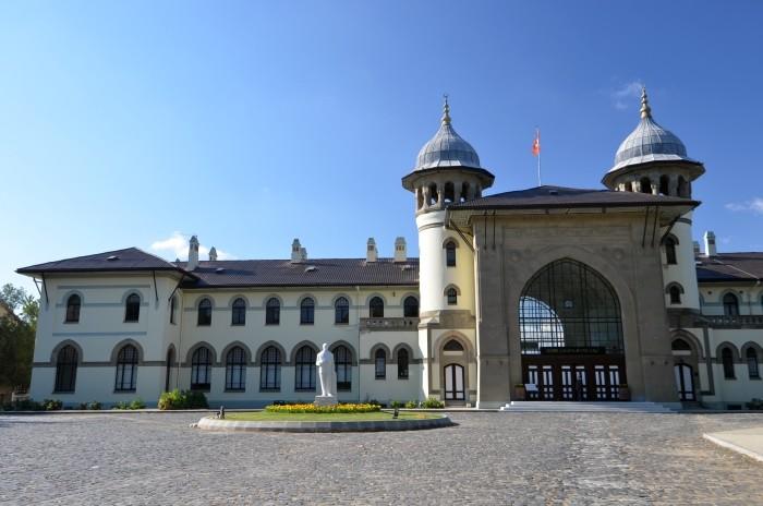 Dawny budynek dworca kolejowego, obecnie Wydział Sztuk Pięknych