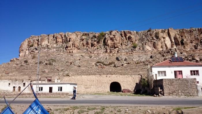 Mazi i widok na grobowce z czasów rzymskich