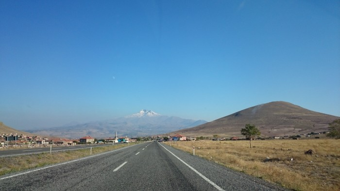 Droga do Kayseri, w tle - wulkan Erciyes