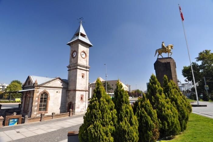 Wieża Zegarowa i pomnik Atatürka
