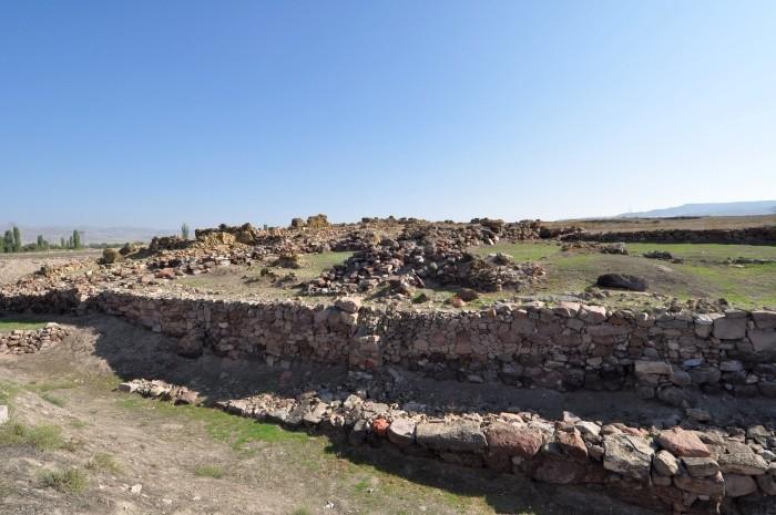 Ruiny pałacu na kopcu Kültepe Höyük