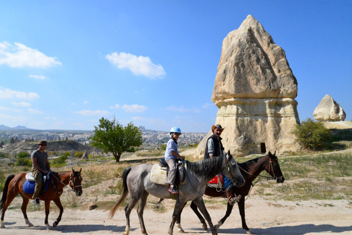 Niektórzy podziwiają Kapadocję siedząc na koniu