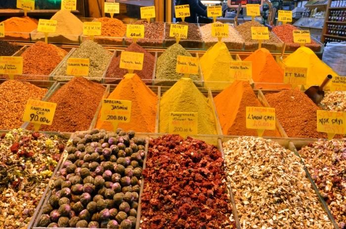 Sumak i inne przyprawy na Bazarze Egipskim w Stambule