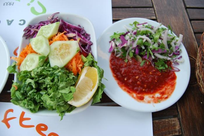 Surówka z cebuli i pietruszki w towarzystwie innych sałatek