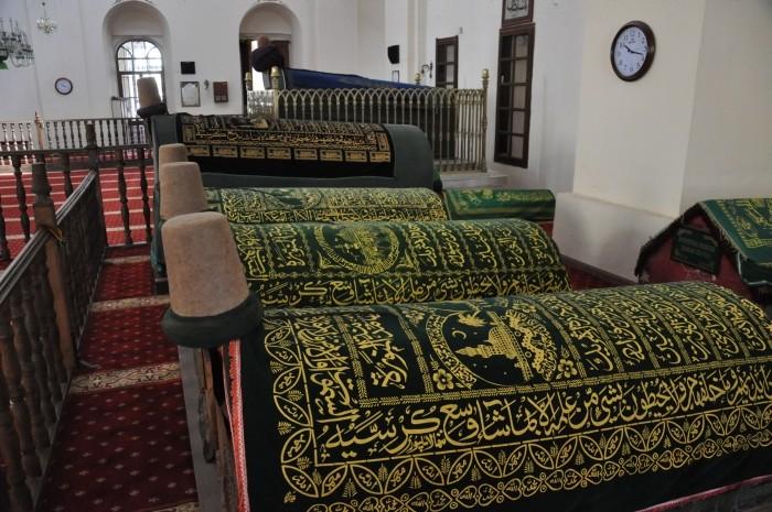 Grobowce mewlewitów we wnętrzu meczetu Mevlevi w Afyonie