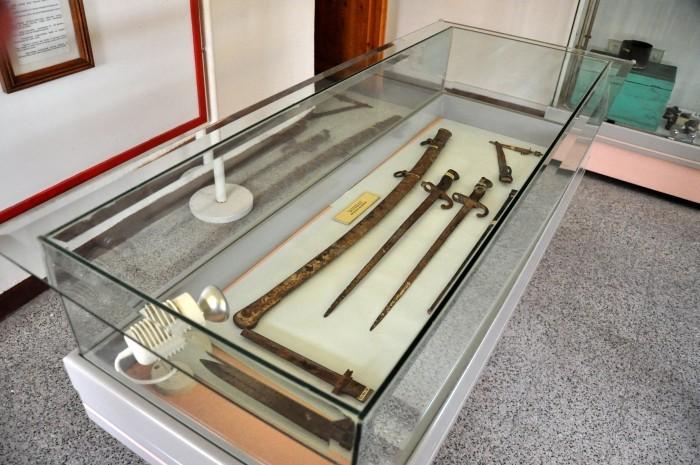 Gablota z białą bronią w muzeum