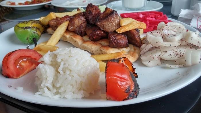 Szaszłyk jagnięcy z restauracji Bolu Sofrasi w Alanyi