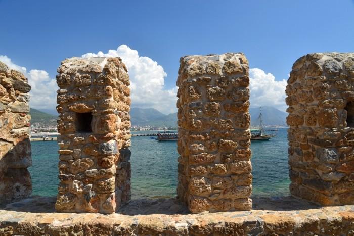 Zabytkowe mury obronne w Alanyi