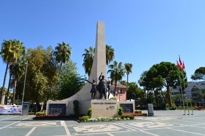 Pomnik Mustafy Kemala Atatürka w centrum Alanyi