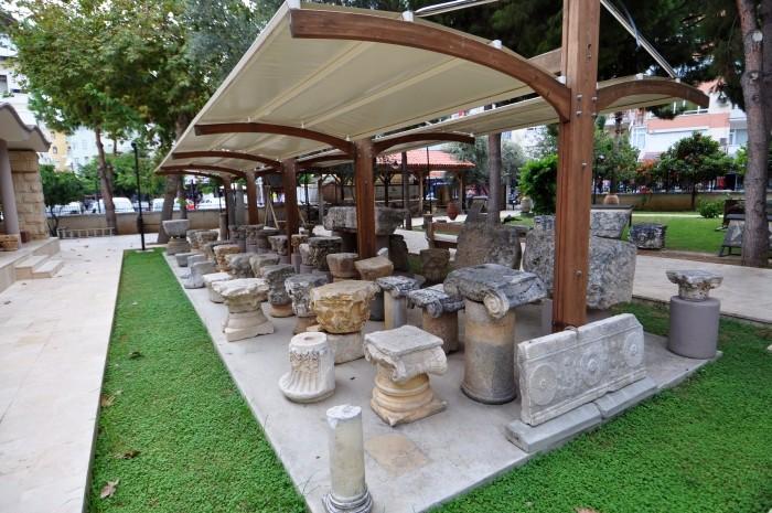Kapitele kolum w ogrodzie muzealnym