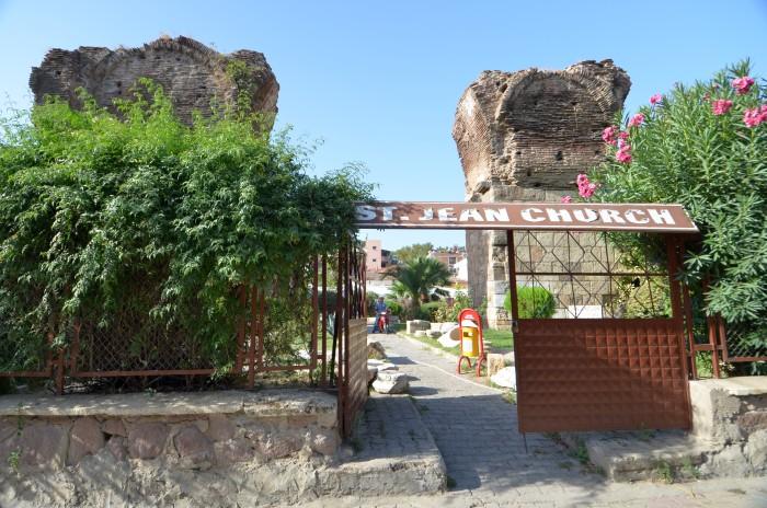 Brama wejściowa prowadząca na teren muzealny