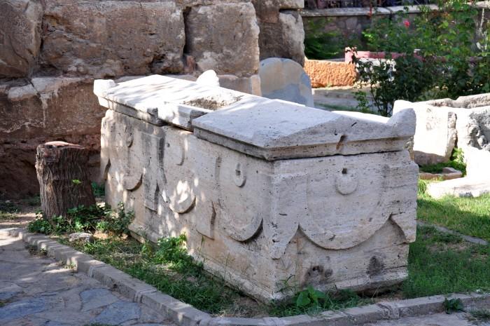 Sarkofag na terenie muzealnym