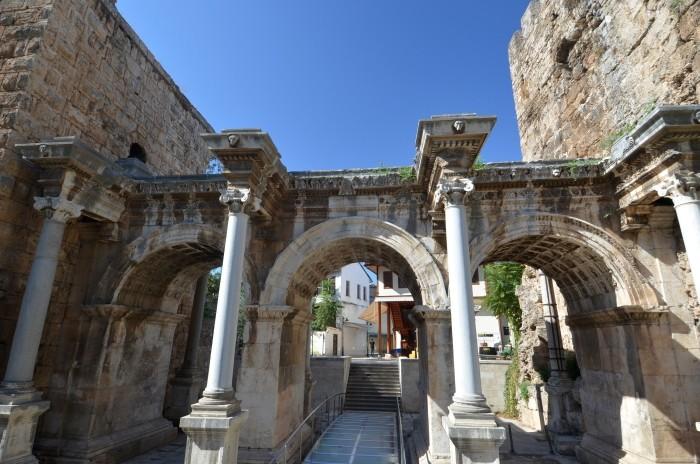 Zewnętrzna fasada Bramy Hadriana w Antalyi