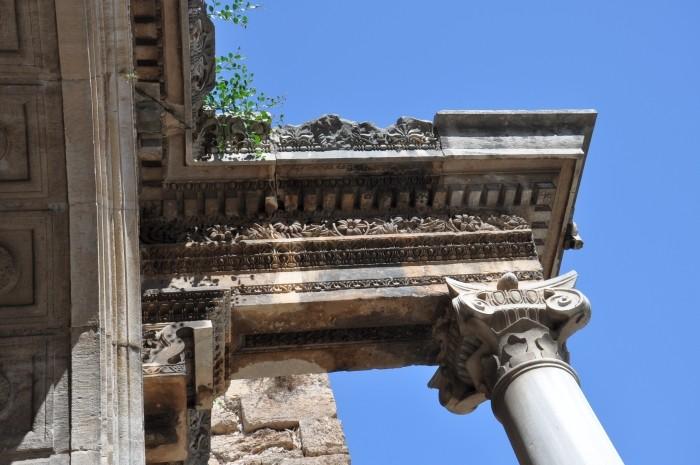 Zbliżenie zdobień Bramy Hadriana