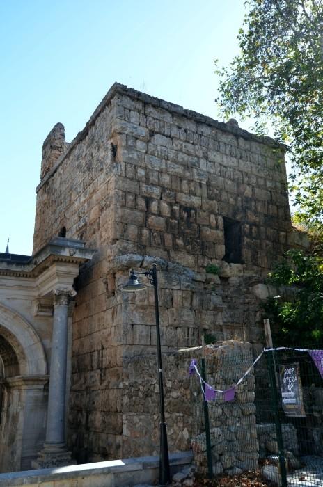Wieża Julii Sancty przy Bramie Hadriana w Antalyi
