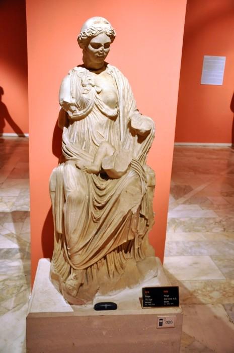 Posąg przedstawiający Izydę karmiącą Horusa
