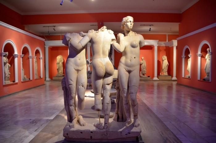 Posąg przedstawiający Trzy Gracje