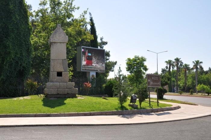 Rondo przed Muzeum Archeologicznym w Antalyi