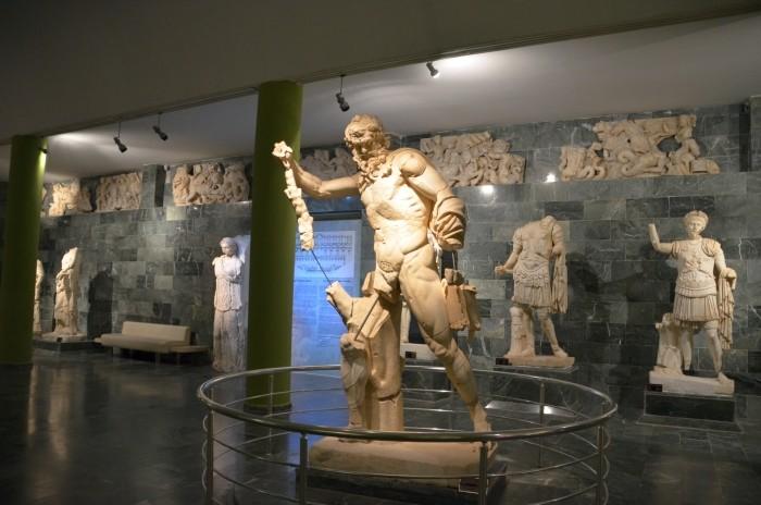 Posąg Marsjasza w Sali Teatru z Perge