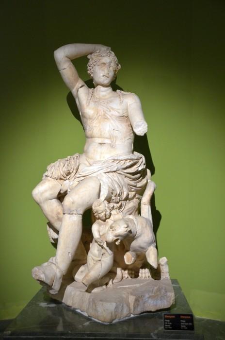 Posąg Dionizosa w Sali Teatru z Perge