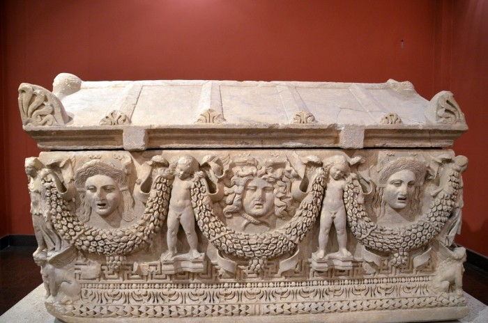Sarkofag z girlandami