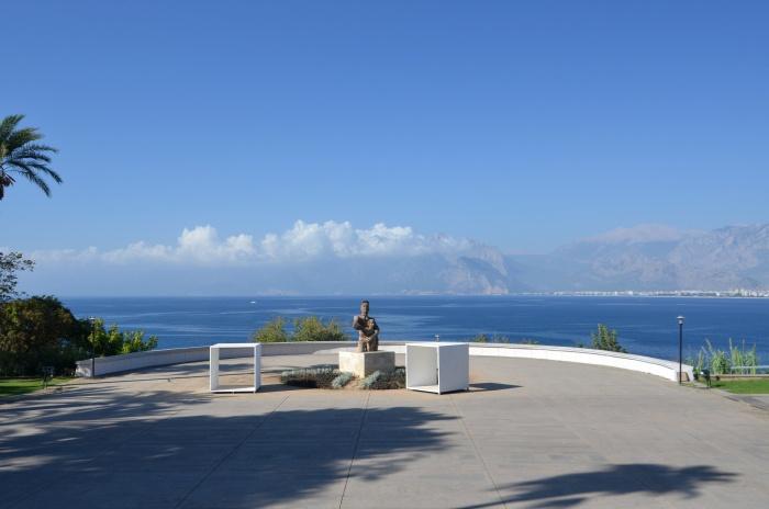 Widok z parku Karaalioğlu na Zatokę Antalyi i odległe góry