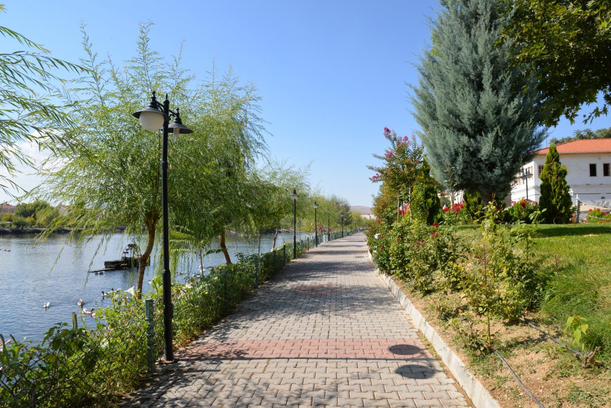 Promenada nad rzeką Kızılırmak w Avanos
