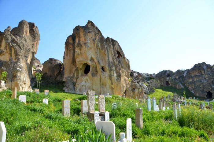 Nekropolia rzymska i współczesny cmentarz w Ayazini