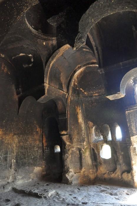 Wnętrze bizantyjskiego kościoła skalnego w Ayazini