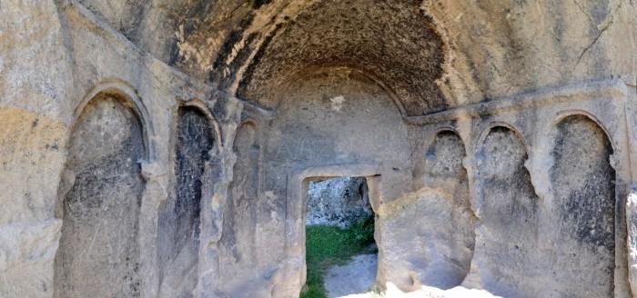 Wnętrze skalnego grobowca