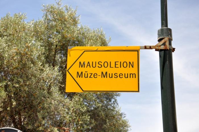 Kierunkowskaz do Mauzoleum w Halikarnasie