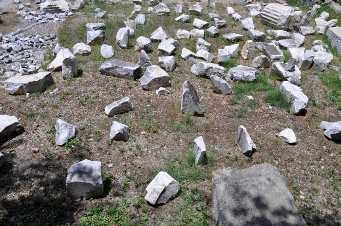 Teren parku archeologicznego usiany jest fragmentami budowli