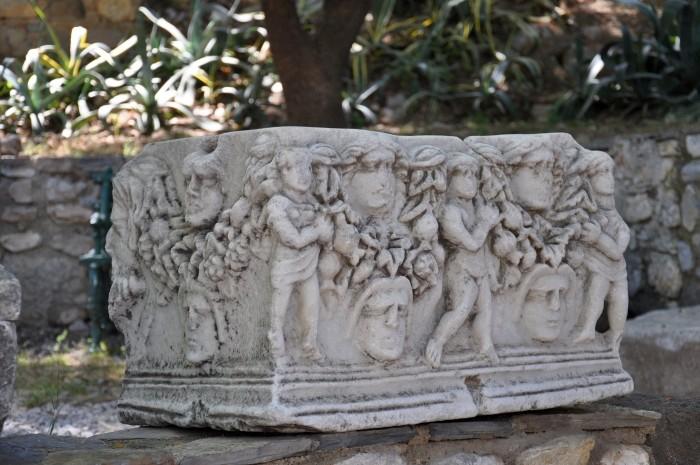Eksponat z okresu antycznego wystawiony na podwórzu muzealnym