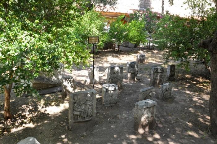 Ekspozycja nagrobków w muzealnym ogrodzie