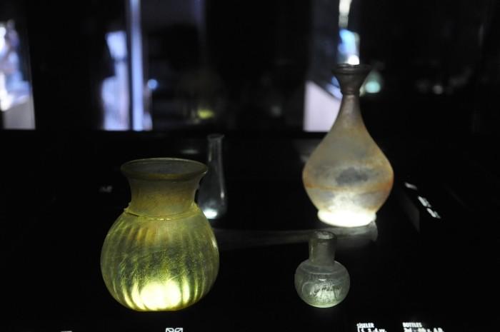 Zaciemniona ekspozycja przedmiotów ze szkła