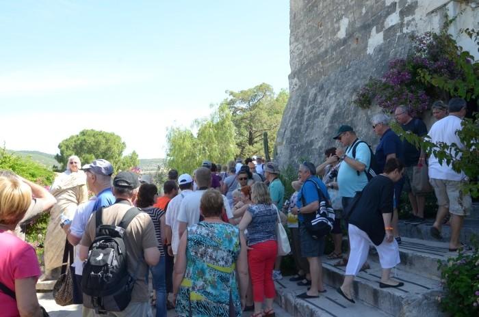 Tłum turystów zwiedzających Muzeum Archeologii Podwodnej w Bodrum