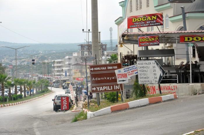 Skrzyżowanie w Kızkalesi, z którego odchodzi droga prowadząca do Cambazlı