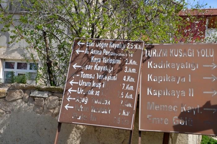 Turystyczny zawrót głowy - brązowe tablice w Döğer