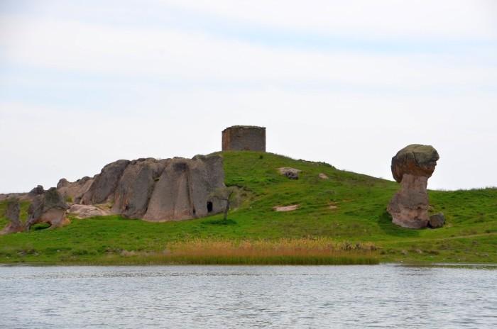 Jezioro Emre, skały i loża derwiszów Emre Tekke