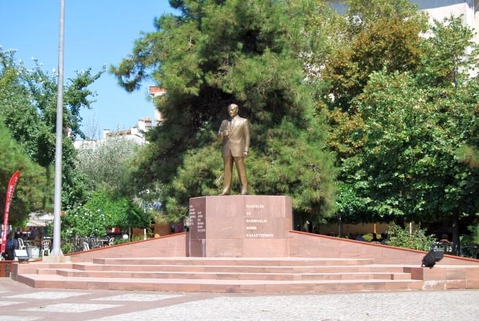 Pomnik Atatürka w centrum Gelibolu