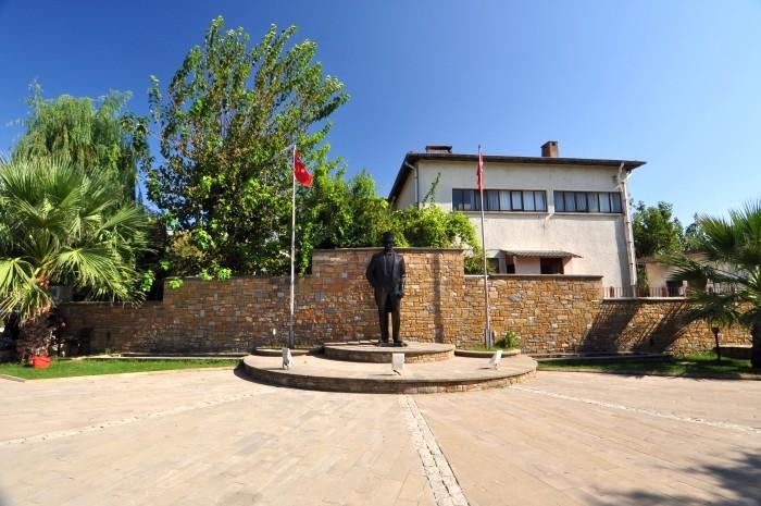 Pomnik Atatürka w centrum miasteczka Gökçeada