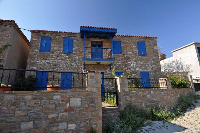 Zabytkowy, kamienny dom na wyspie Gökçeada