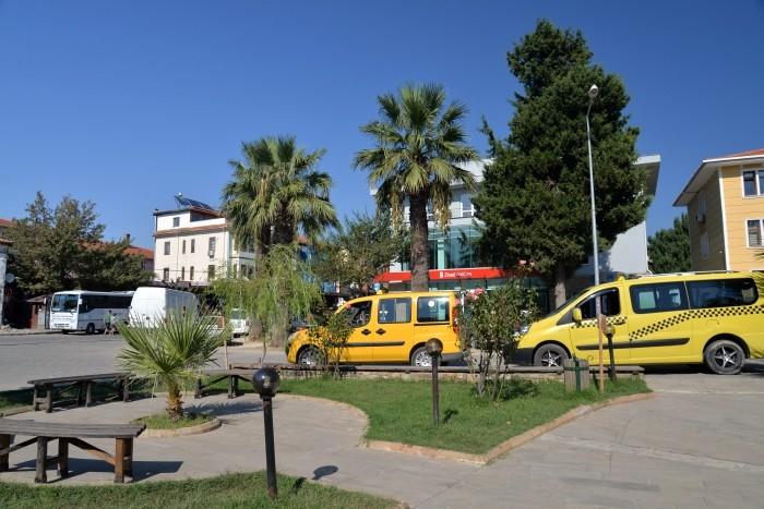 Taksówki czekają na pasażerów w miasteczku Gökçeada